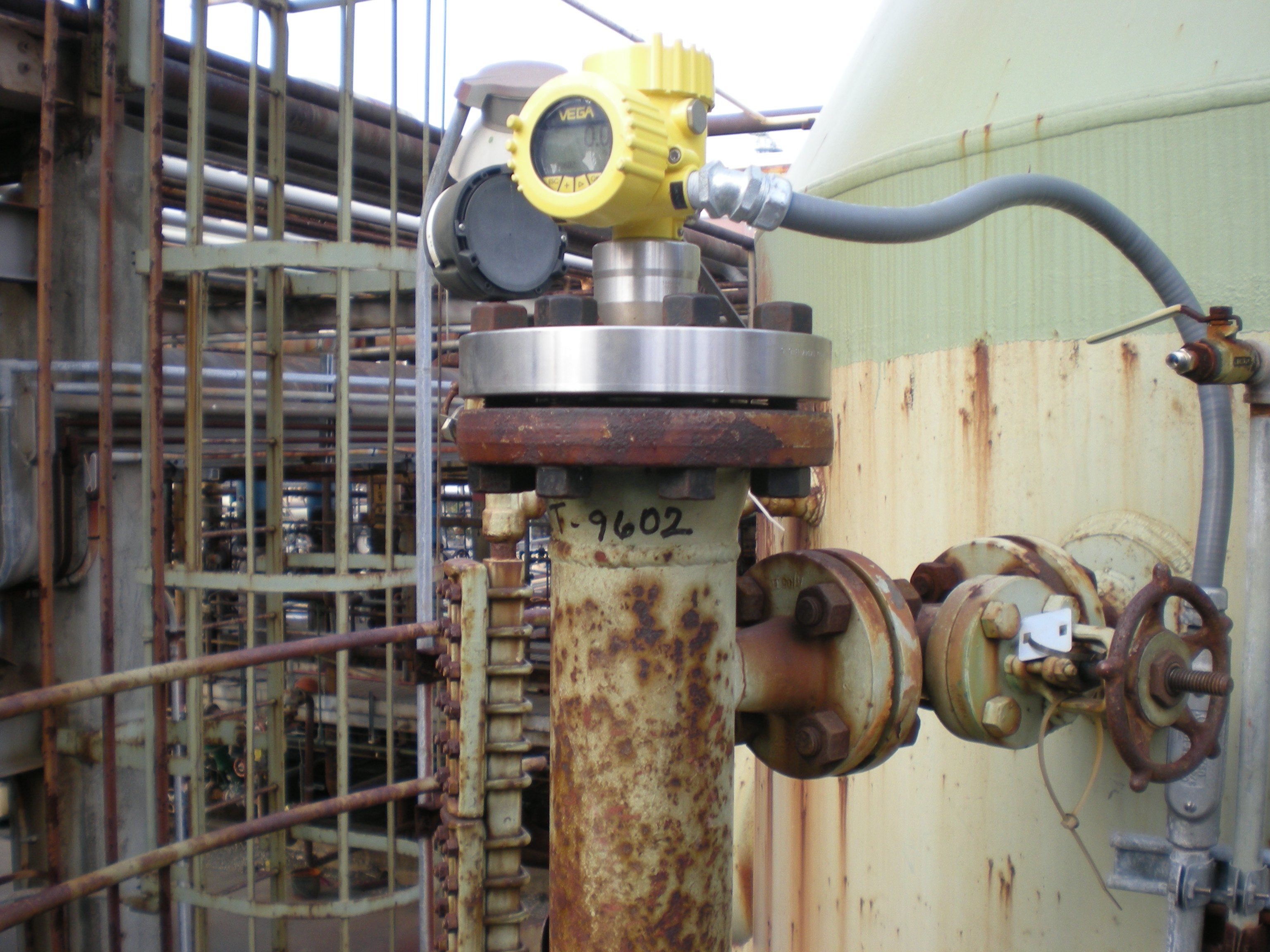 A VEGAFLEX 81 guided wave radar sensor is retrofitted in a displacer cage for an electronic level measurement.